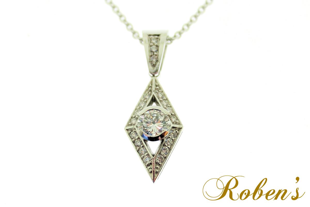 Salmiakin muotoinen riipus, jossa timantteja reunalla ja keskellä yksi isompi timantti
