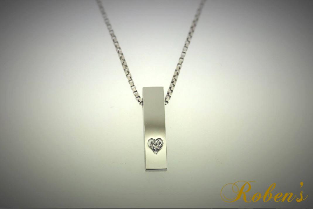 Riipus, jossa sydämenmuotoisen reiän keskellä pyöreä timantti