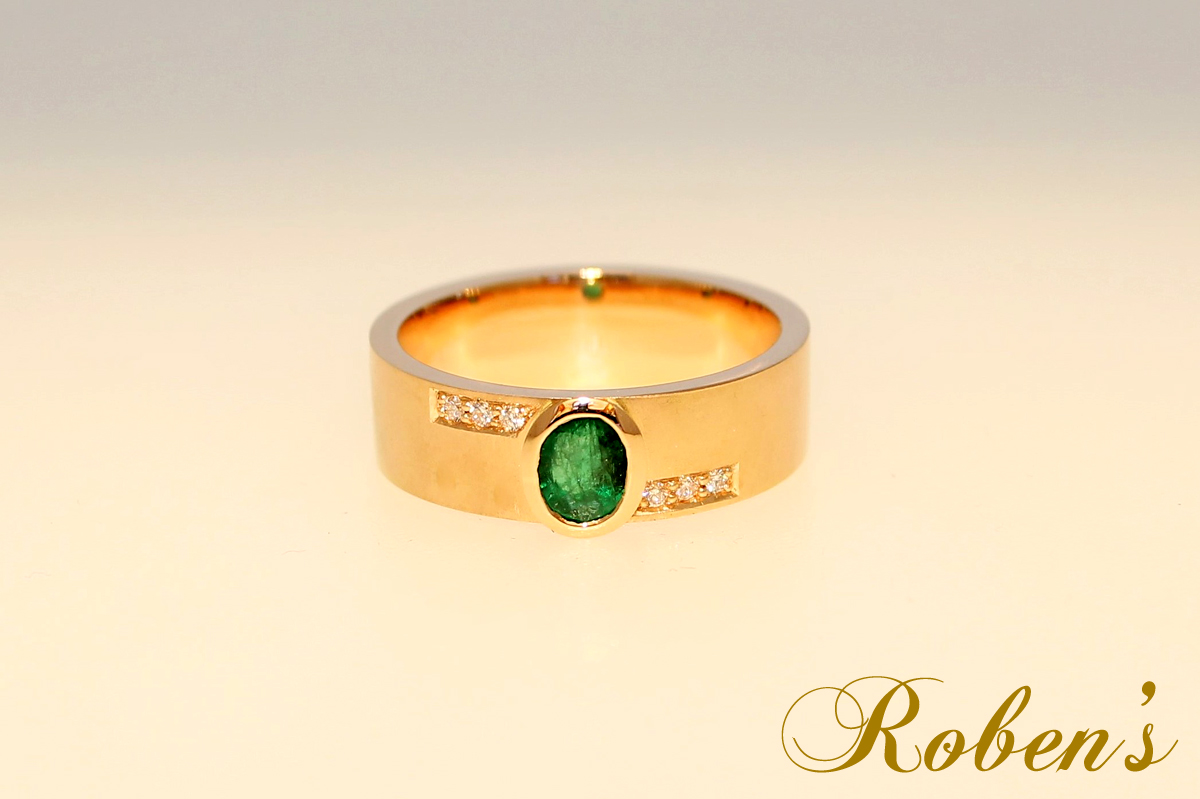 Sormus, jossa keltakultaa, timantteja ja smaragdi